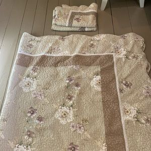 Beautiful queen sized quilted bedding